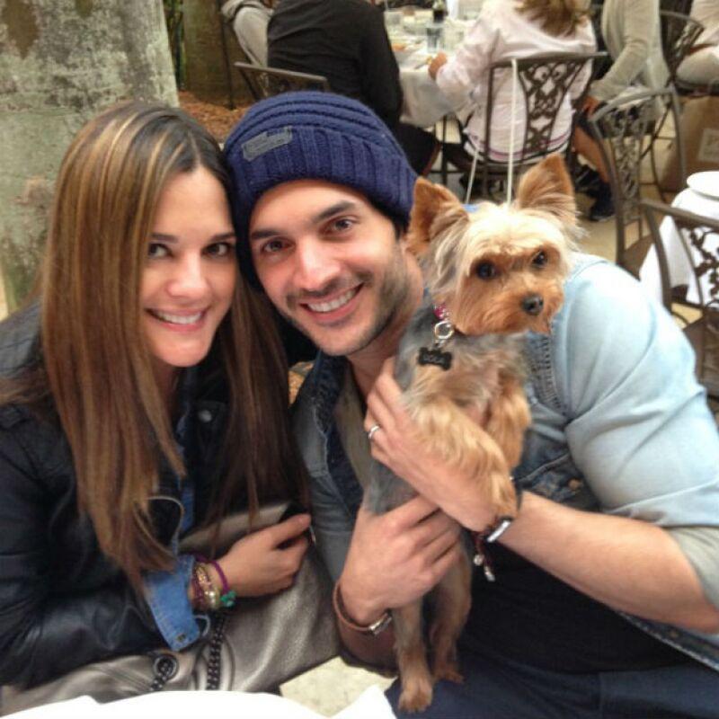 Daniel con su esposa Sabrina Seara y su perrita Lola.