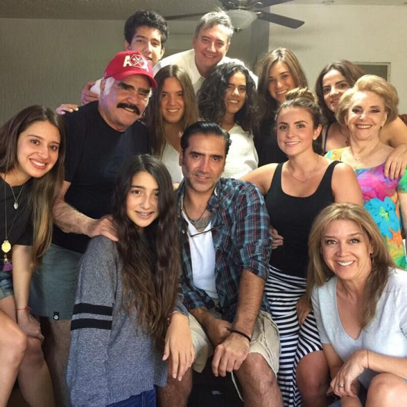 Hijos y nietos se reunieron para visitar a Don Vicente Fernández durante su recuperación. El Potrillo acudió acompañado de sus hijos y de Karla Laveaga, quien también figuró en la foto familiar.