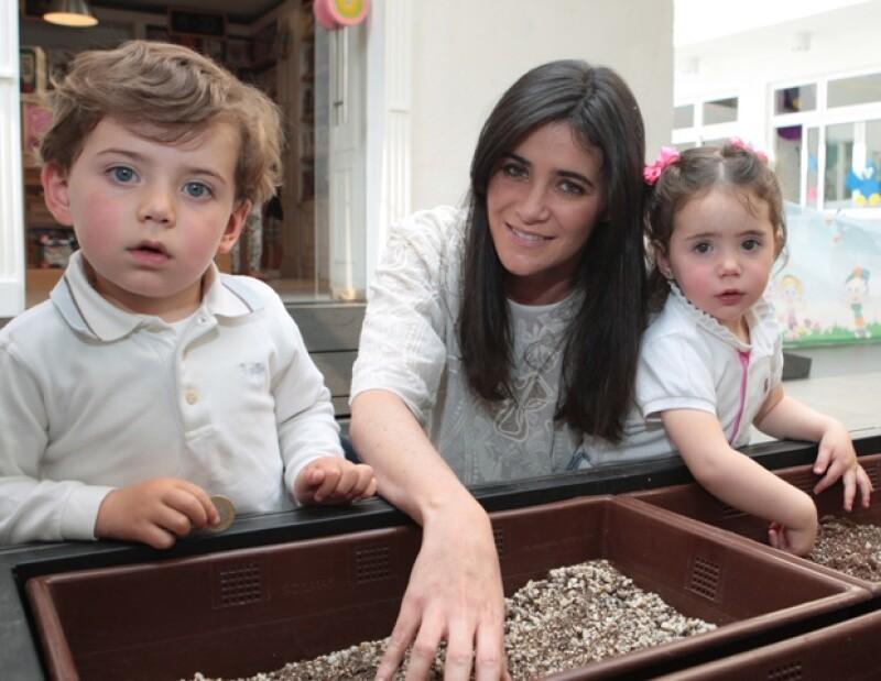 Joanna no se despega de sus bebés: Héctor (3 años) y Pía (año y medio).
