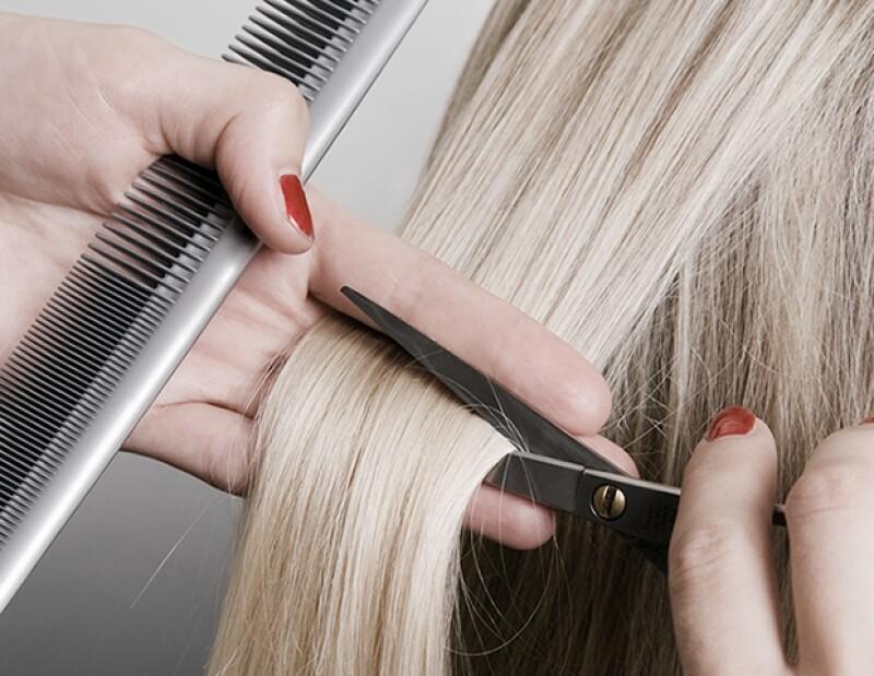 Trata de cortarte el pelo cada tres o cuatro meses para evitar que tengas las puntas abiertas y que el pelo crezca más saludable.
