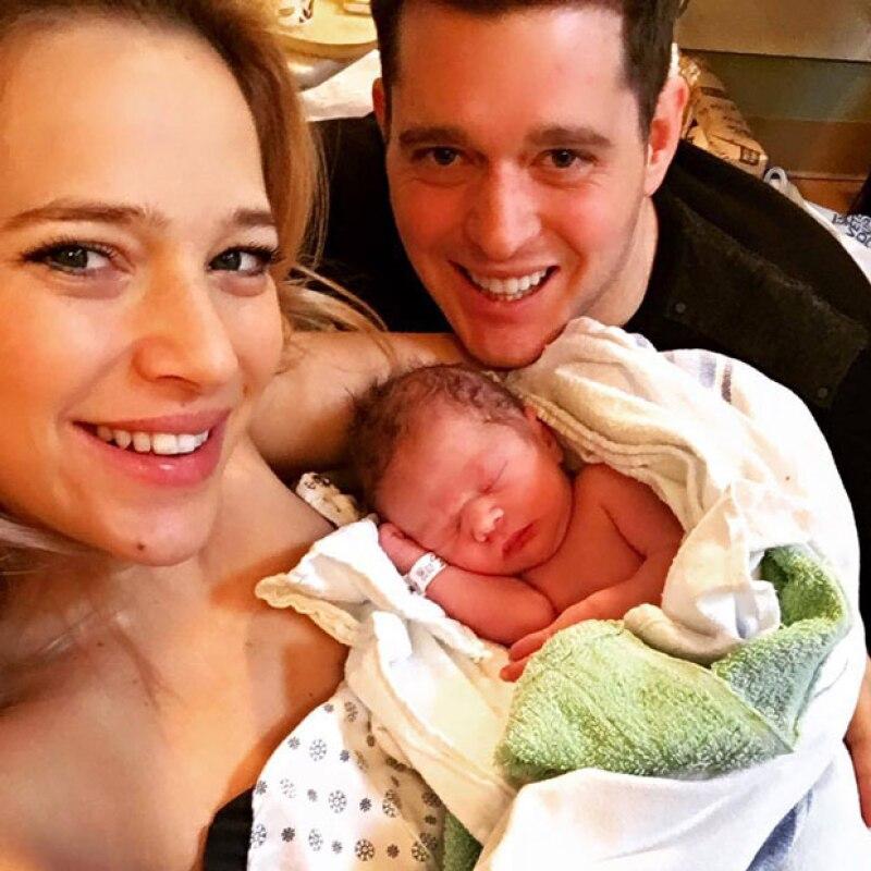 La pareja presume feliz en un retrato familiar que han recibido a Elias, su segundo hijo y hermanito de Noah Bublé.