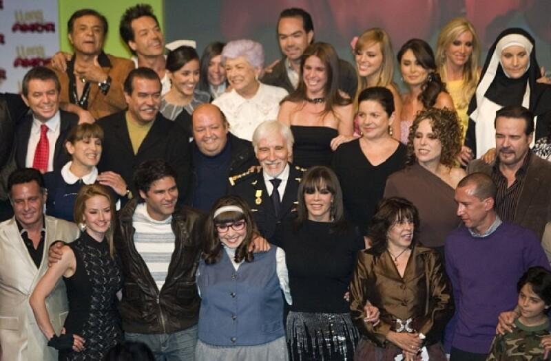 La actriz y cantante acaparó la atención de los representantes de los medios de comunicación apenas concluyó el primer capítulo visto por todo el elenco y equipo de producción en Televisa.