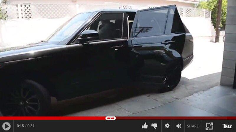 El dj no se percató de que había dejado la puerta trasera de su camioneta abierta.