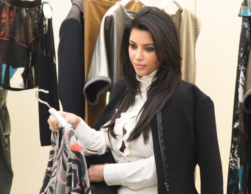 Cadenas y pantalones de piel podrían formar parte del clóset del primogénito de la empresaria, eso sí, será en dos semanas cuando la pareja sepa qué sexo es su hijo y con ello la compra de ropa.