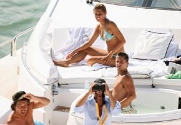On the Único yacht, Michelle sunbathes in the company of Asensi, Luis Miguel (with binoculars) and his uncle Alex Basteri.