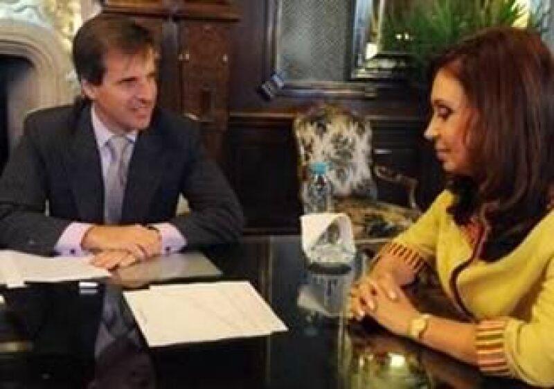 Cristina Fernández (der.) firmó un decreto para que Martín Redrado deje su cargo como titular del Banco Central. (Foto: Reuters)