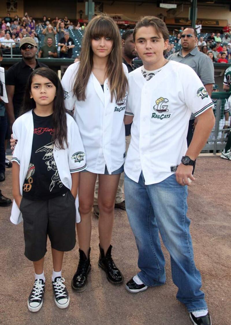 A sus 12 años, aseguran que el más pequeño de los hijos del fallecido cantante, además de cambiarse de nombre, es un buen estudiante en comparación con sus hermanos Prince y Paris.