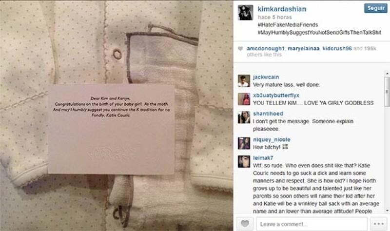 Luego de que la periodista declarara que no entendía por qué las Kardashian son famosas, la socialité publicó el regalo que ésta les habría enviado para felicitarla por el nacimiento de North West.