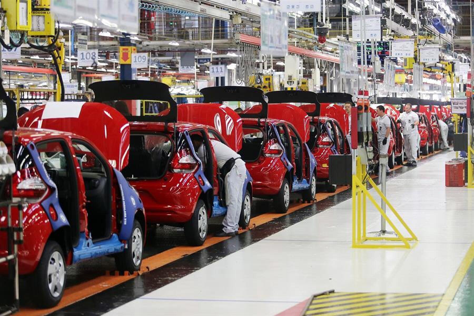 De acuerdo con datos del IBGE el sector automovilístico fue el más golpeado al desplomarse 92.1% en abril, con respecto al mismo mes de 2019.
