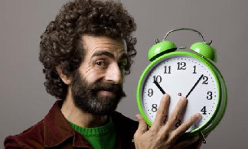 Se sugiere adelantar el reloj una hora la noche del sábado, antes de ir a dormir. (Foto: Getty Images)
