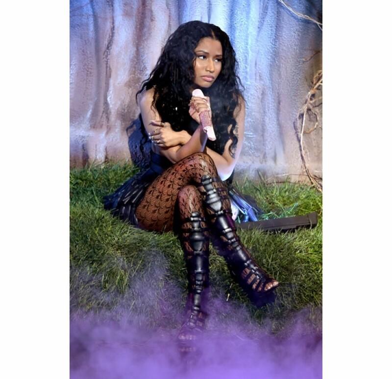 Nicki Minaj había optado por colocar una boa en el ambiente de su show para los VMA´s.