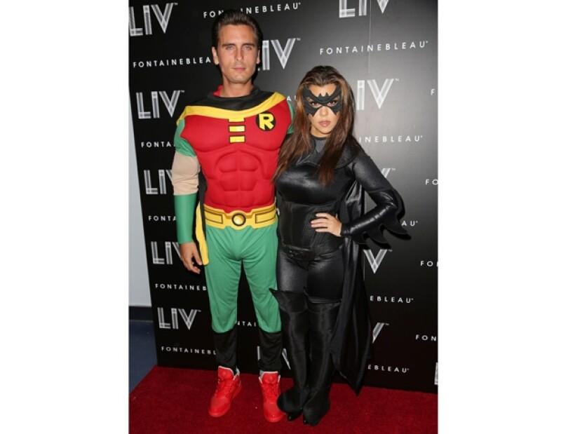 Ayer por la noche la empresaria, Kanye West, Kourtney Kardashian, Scott y otros famosos acudieron a una fiesta de Halloween donde la pareja de moda se vistió de súper héroes.
