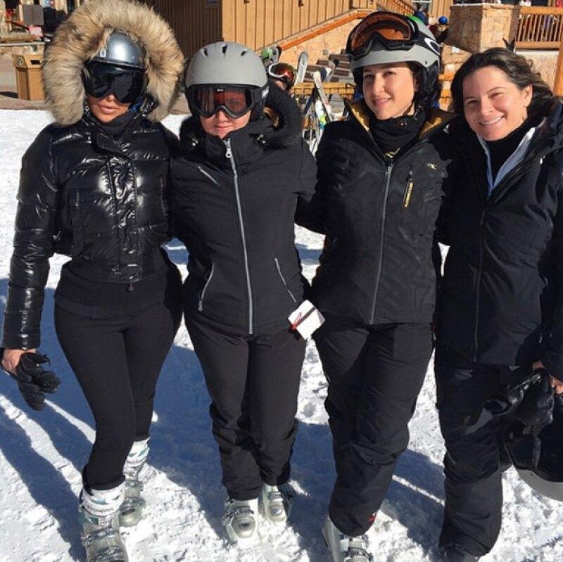 Kim Kardashian puede presumir sus famosas curvas hasta con prendas para esquiar.