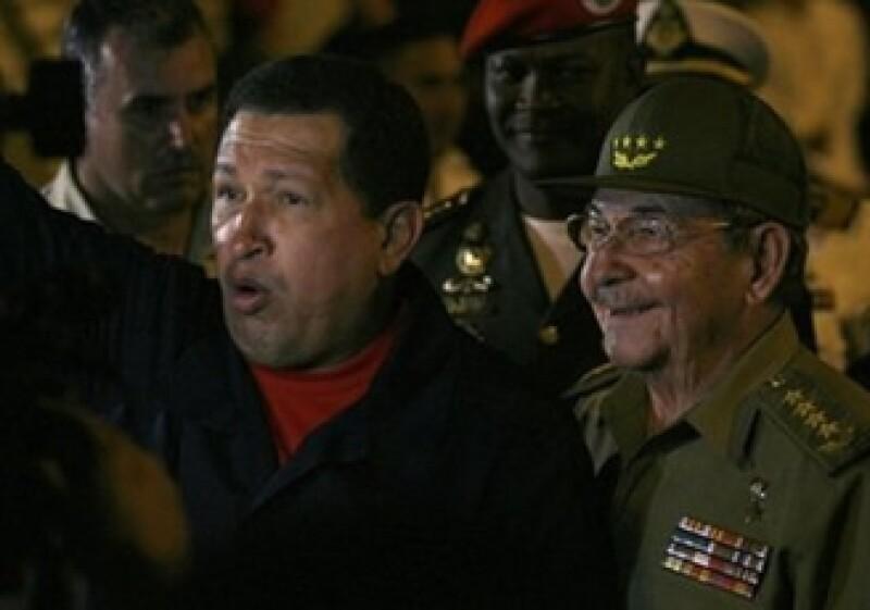 Hugo Chávez (izquierda) festeja la relación con Cuba y Raúl Castro (derecha) (Foto: AP)