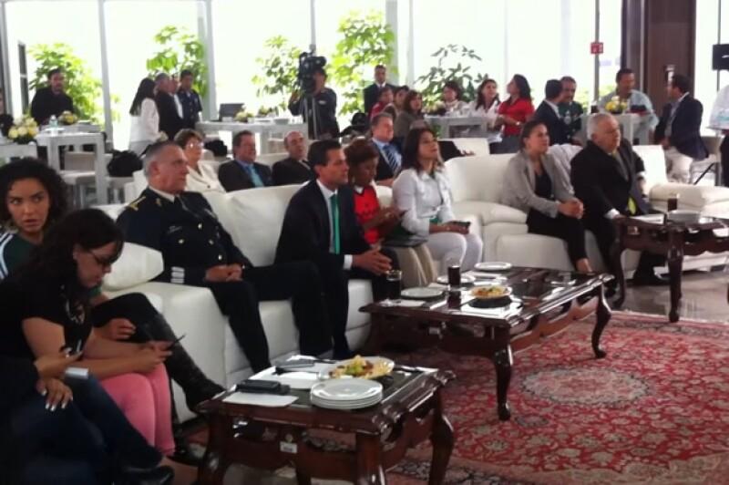 Enrique Peña Nieto viendo el partido acompañado de parte de su Gabinete.