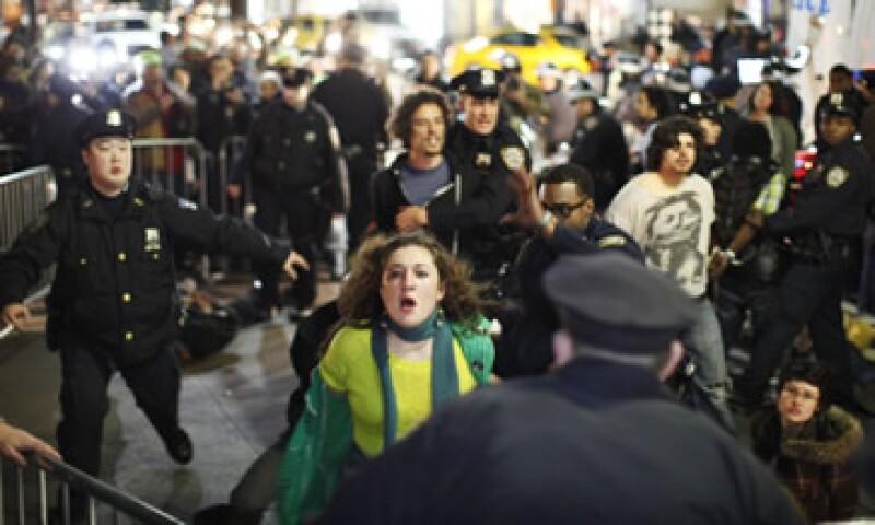 Docenas de manifestantes fueran arrestados el fin de semana en su intento por reocupar la plaza Zuccotti. (Foto: Reuters)
