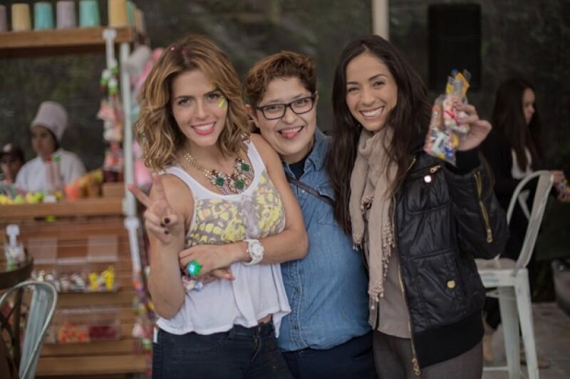 La representante Danna Vázquez y la actriz Claudia Cervantes se tomaron una foto con la festejada.