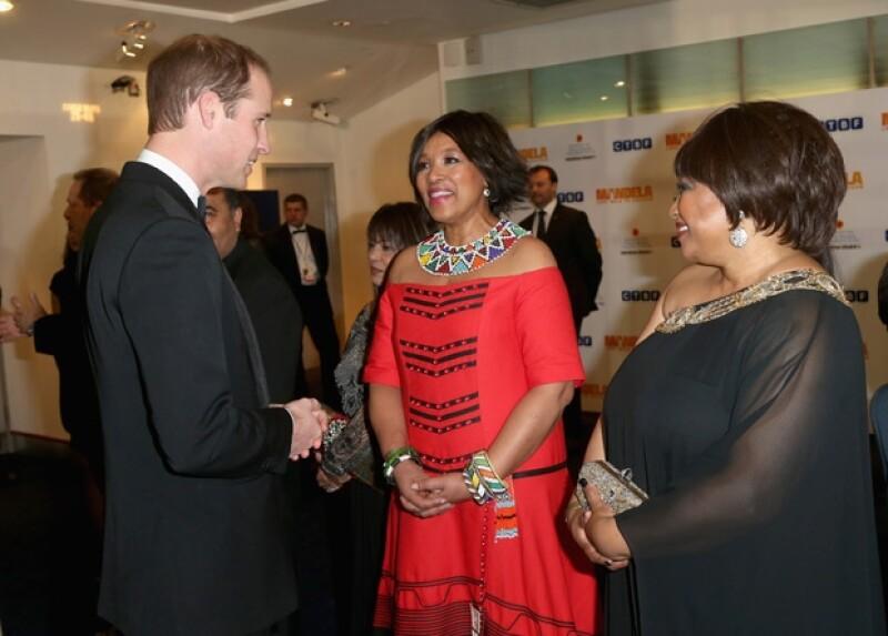 Ayer los Duques de Cambridge asistieron a la premiere de la película inspirada en el líder Nelson Mandela, donde Kate optó por un vestido de Roland Mouret y collar de Zara.