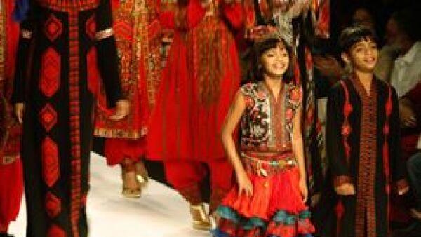 Rubina Ali y Azharuddin Ismail modelaron en la pasarela de la Wills LifeStyle India Fashion Week de Nueva Delhi.