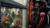 Dos hombres se disponen a abordar el vagón del metro, las recomendaciones del STC Metro es utilizar en todo momento el cubrebocas para evitar contagios por coronavirus.
