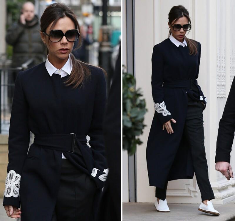 La diseñadora de modas causó sensación al ser captada con sus zapatos tipo slipper por las calles de Londres.
