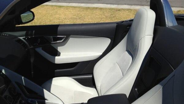El tablero y asientos est�n hechos con piel tipo Oxford.