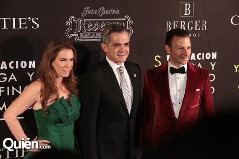 Ninfa Salinas, Miguel Ángel Mancera y David Cohen durante la noche de gala por la inauguración de la exposición Obsesión Infinita de Yayoi Kusama.