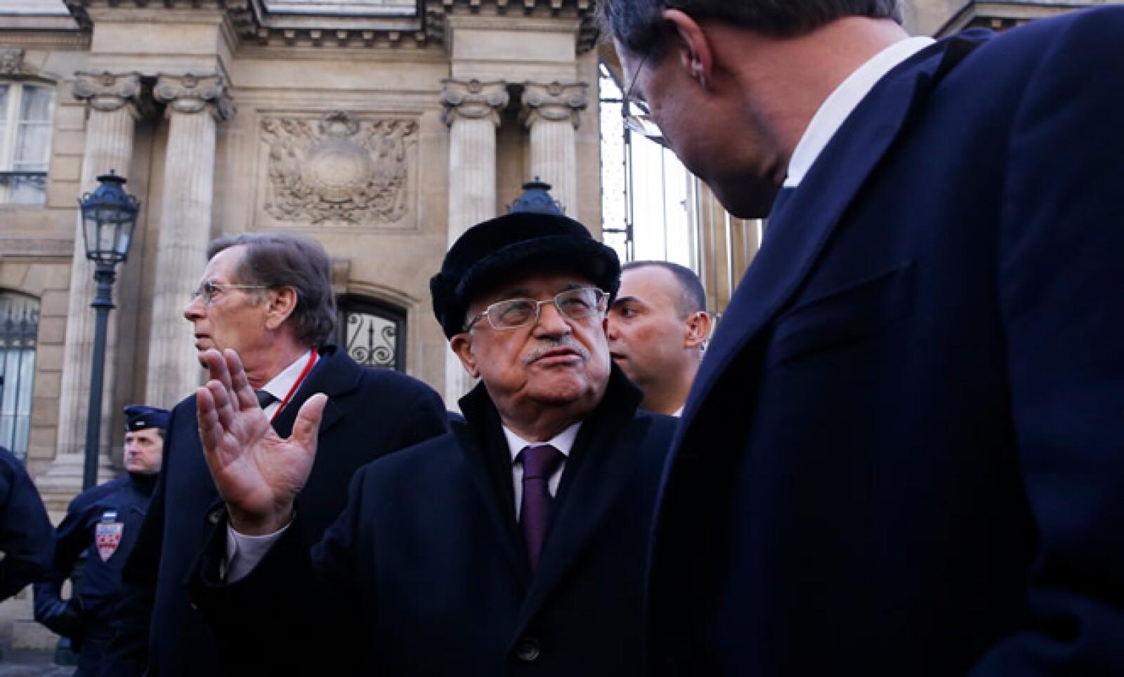 Mahmoud Abbas marchó junto con docenas de líderes extranjeros, entre ellos representantes árabes y musulmanes.
