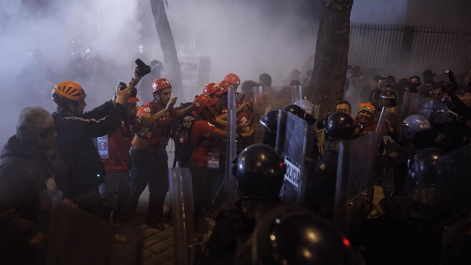 Manifestantes fueron rodeados por policías capitalinos a la altura del Senado de la República