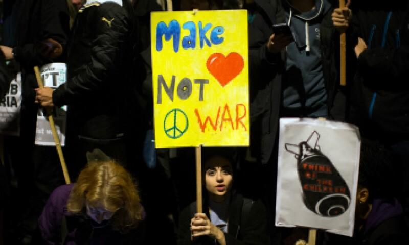 Los británicos protestaron afuera del Parlamento en contra de los bombardeos a Siria. (Foto: Getty Images)