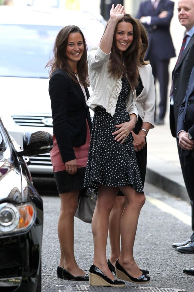 La esposa del príncipe Guillermo fue vista con su hermana en una fiesta casual el día de ayer a medio día para celebrar el inicio de 2014.