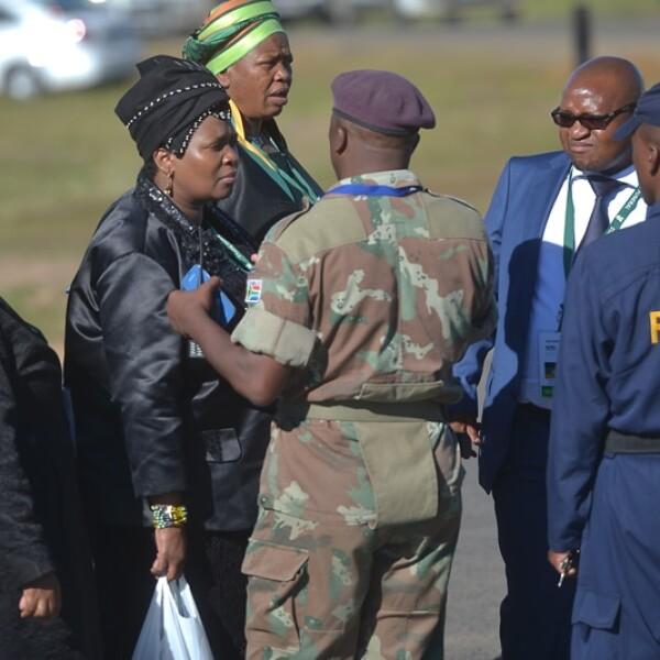 personas que llegan al lugar del funeral de Madiba
