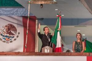 Mientras Manuel Velasco pronunciaba un discurso para celebrar la independencia mexicana, Anahí se mostró en todo momento cerca de él.