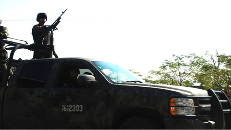 elementos del ejército mexicano patrullan las calles de Ciudad Victoria, Tamaulipas, este lunes