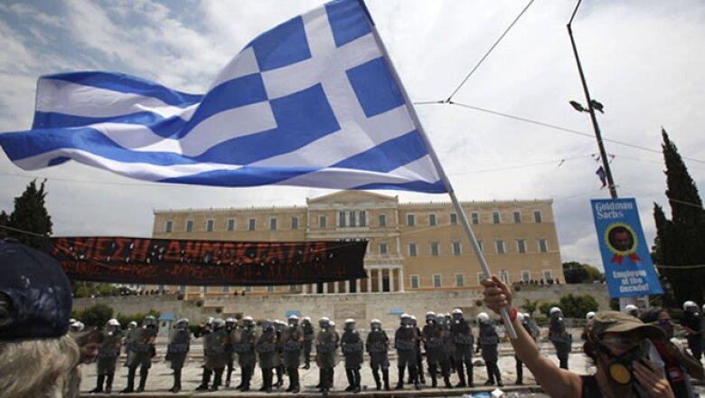 """""""En el exterior, muchos están protestando. Algunos están sufriendo y otros pierden privilegios. Ni ellos ni sus familias deben sufrir las consecuencias de un colapso"""", dijo el primer ministro George Papandreu."""