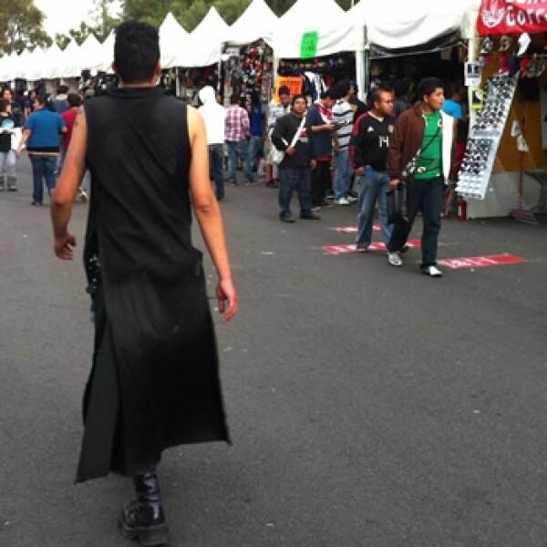 un dark camina frente a los puestos del tianguis del chopo