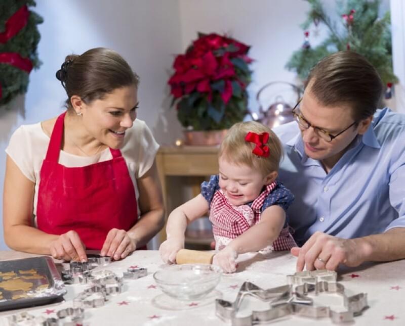 La Casa Real sueca compartió imágenes y un video de la pequeña Princesa Estelle y sus padres, los Príncipes Herederos Victoria y Daniel, dando inicio a sus preparativos navideños haciendo galletas.