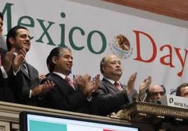 Ruben Beltrán,  cónsul mexicano en EU (3ro de izq a der.), y Luis Téllez, hicieron sonar el timbre de inicio de sesión. (Foto: Reuters)