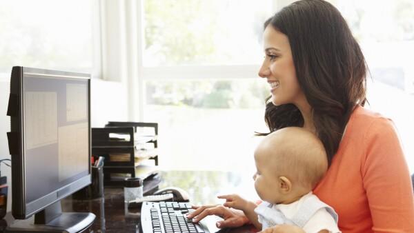 Madre ejecutiva feliz