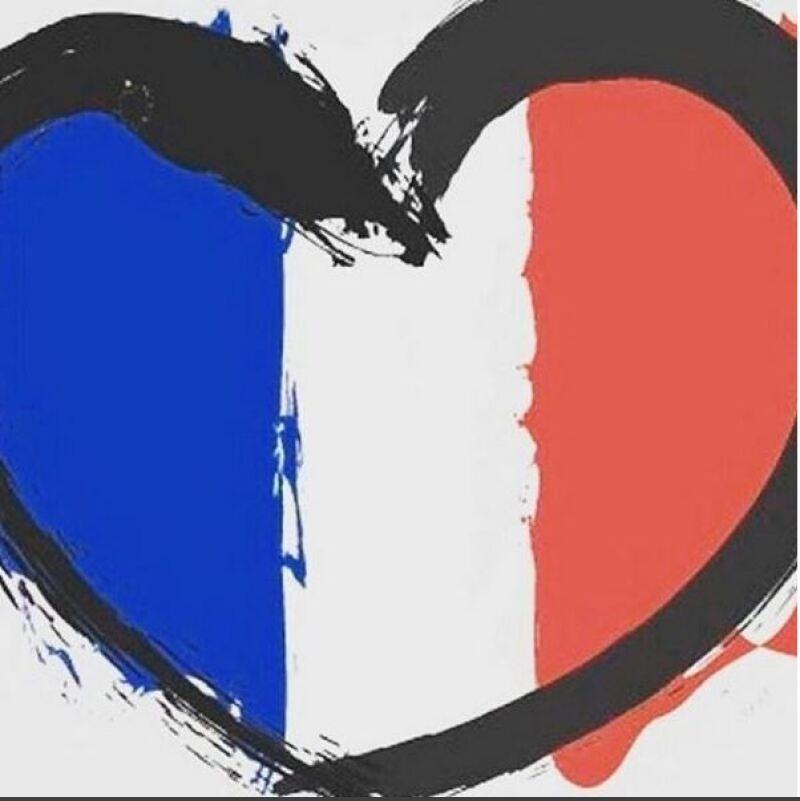 Con esta imagen la cantante anunció la cancelación de su show y mostró su apoyo a las víctimas.