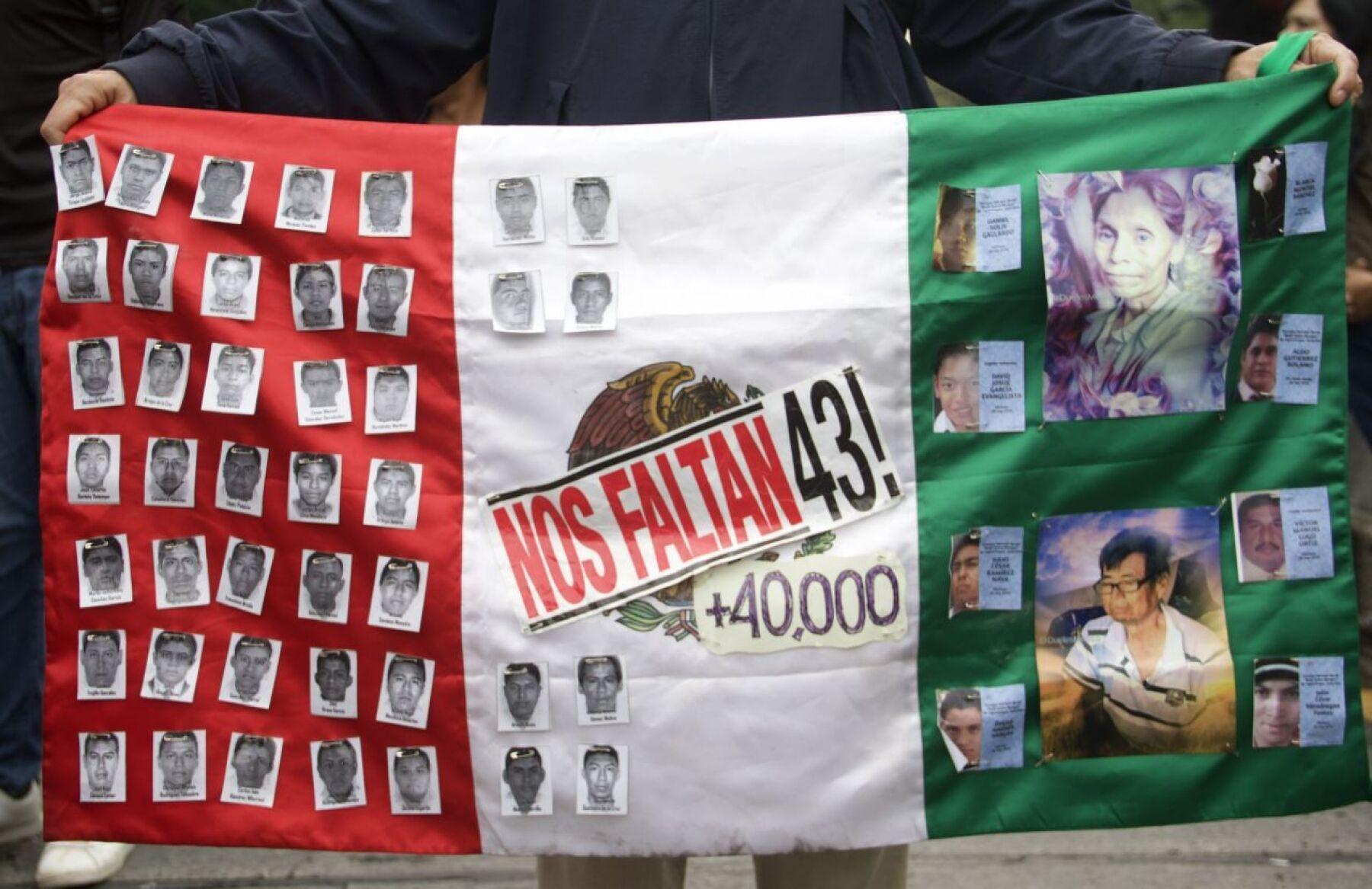CIUDAD DE MÉXICO, 26OCTUBRE2019.- Familiares, Integrantes de colectivos en defensa de los derechos humanos y normalistas, se manifestaron con motivo del mes 61 sin respuesta ni aparición de los 43 normalistas de Ayotzinapa desaparecidos en Iguala el 26 de septiembre del 2014.  FOTO: ANDREA MURCIA /CUARTOSCURO.COM