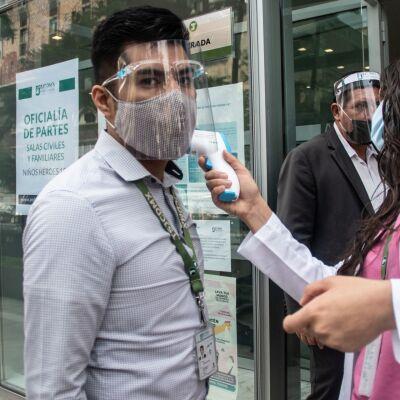 Filas interminables de abogados, en los Tribunales de Justicia de la Ciudad de México. Ayer regresaron a laborar después de meses de inactividad por la pandemia del Covid 19.
