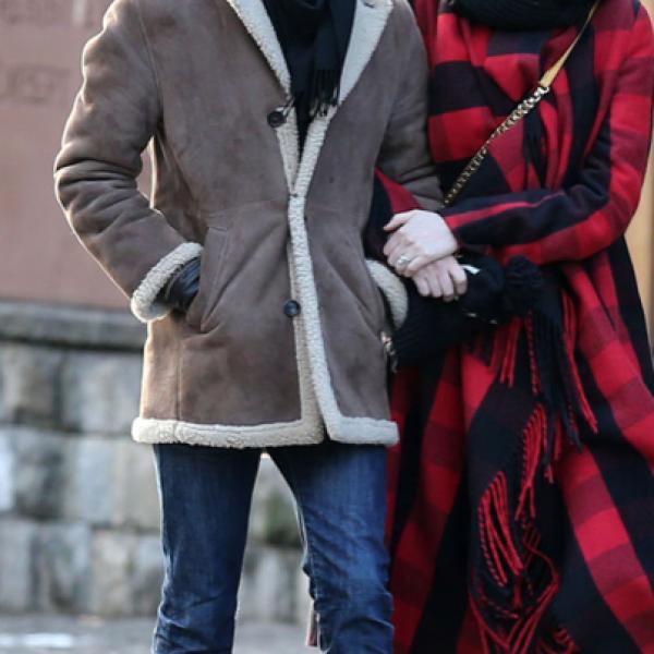 Anne Hathaway- `Odio esta foto, todo está tan combinado. No me refiero a las agujetas ni a los abrigos, estoy hablando de la chaqueta y los dientes de caballo de Anne´.