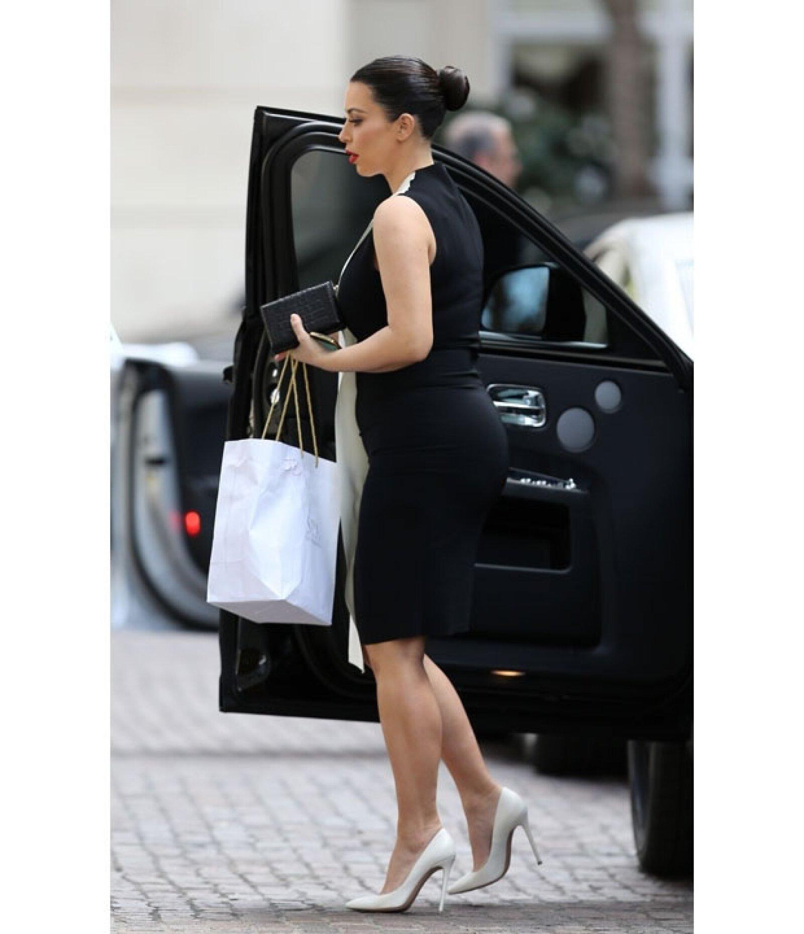 Kim insiste en usar ropa entallada cuando su cuerpo de embarazada pide a gritos outfits más cómodos.