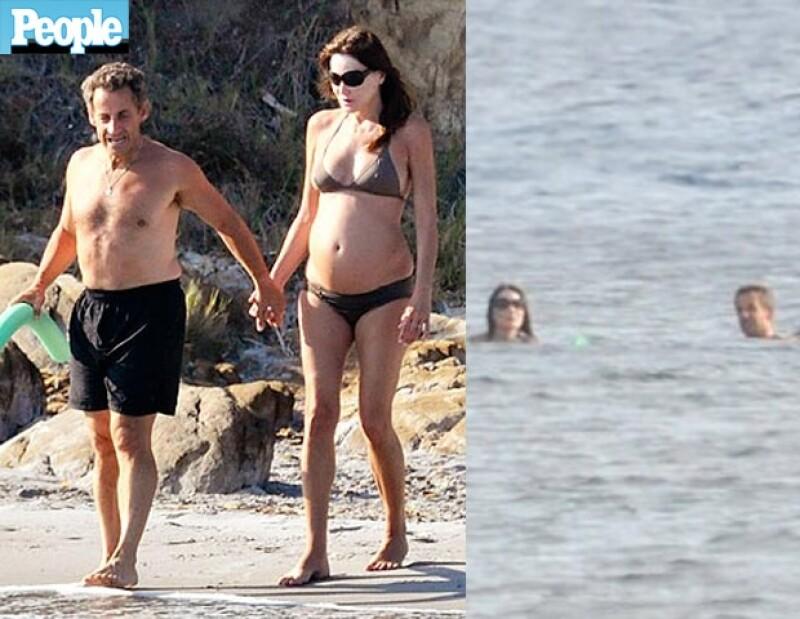 La Primera Dama de Francia disfrutó del sol, la arena y el mar al lado de su esposo Nicolas Sarkozy en Bormes-les-Mimosas.
