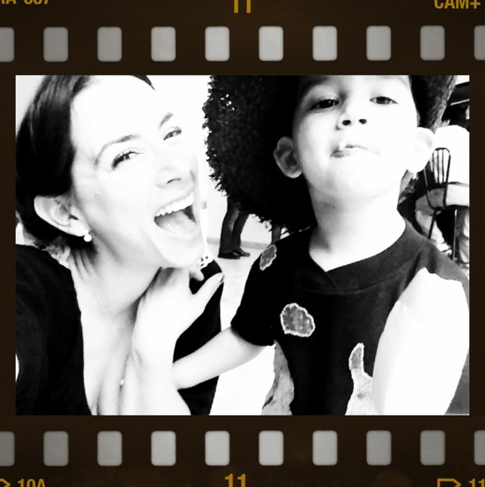 Claudia Lizaldi en Chichén Itzá con su hijo Iam