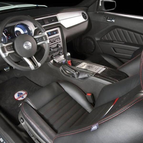 Los interiores de Mustang GT350 son ergonómicos y muy deportivos, en el tablero incluirá la nueva versión de la consola SYNC para consultas informativas vía internet.