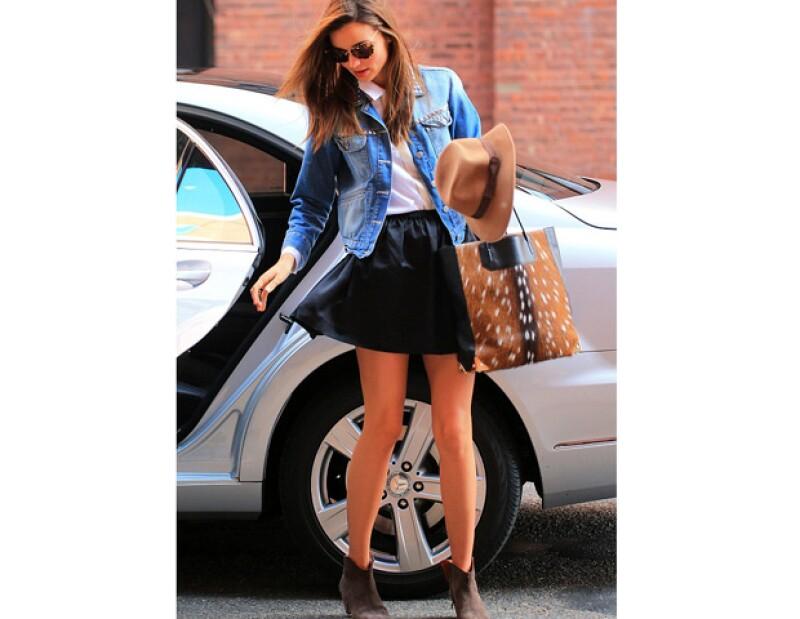 Mientras se bajaba de un automóvil para entrar a su trabajo en Nueva York, un viento juguetón sopló y levantó la falda mini que portaba. Ella evitó que el incidente exhibiera de más.