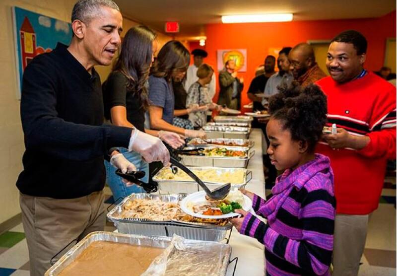 El presidente de Estados Unidos y su familia visitaron un centro para desamparados, donde repartieron comida a personas sin hogar y a veteranos.