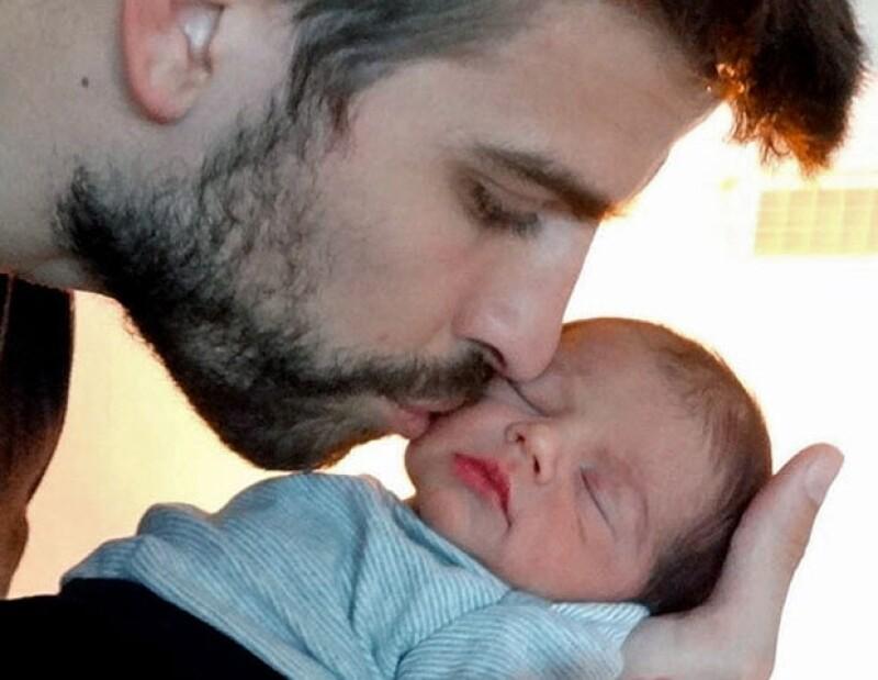 La postal es hermosa: Piqué sosteniendo en sus brazos al pequeño mientras besa tiernamente sus mejillas.